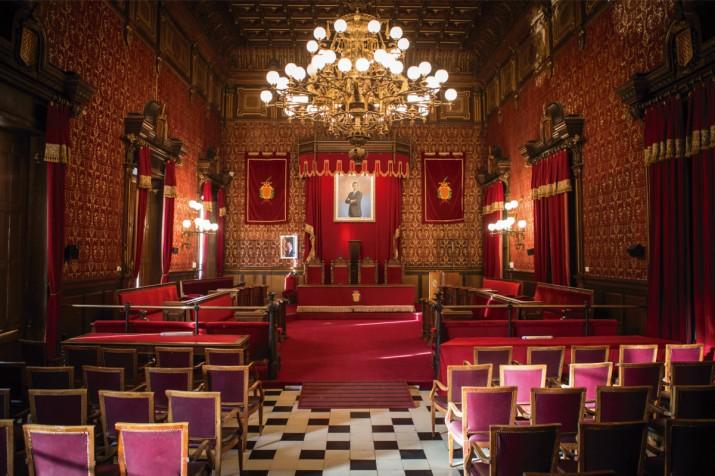 El saló de plens buit de l'ajuntament de Tarragona espera la decisió dels electors el proper diumenge 24 de maig (foto: DAVID OLIETE)