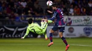 Morillas al costat de Pedro en el partit de Copa que van jugar Huesca i Barça. Foto:Heraldo