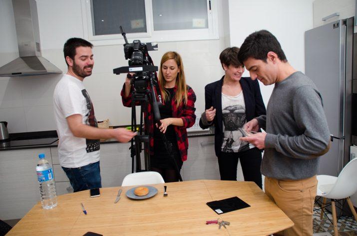 Els estudiants de la URV en els preparatius del rodatge del curt (im)pares com a treball de fi de grau (foto cedida)