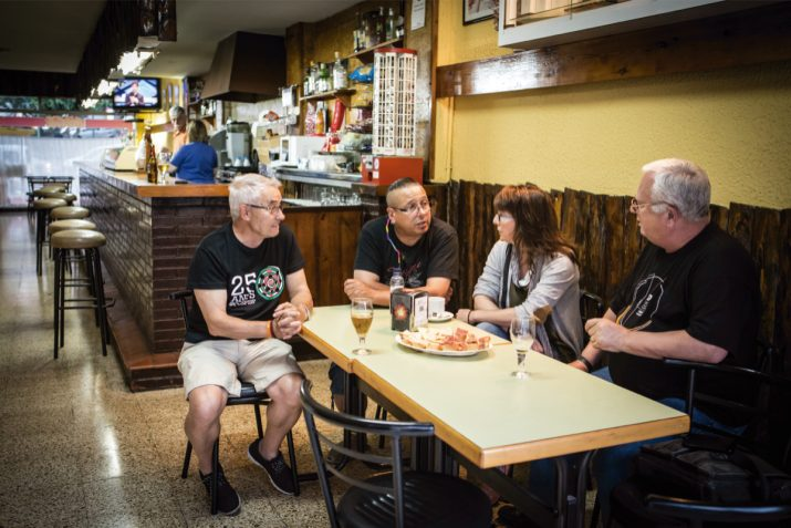 Quatre dels fundadors dels Castellers de Sant Pere i Sant Pau a la taula del bar Munich del barri (foto: DAVID OLIETE)