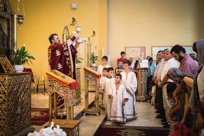 Un moment de la missa ortodoxa a l'església del col·legi Sant Pau, a Tarragona (foto: DAVID OLIETE)