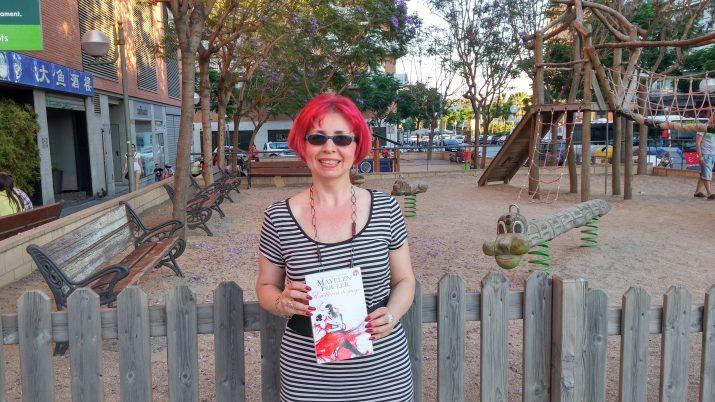 Mayelen Fouler, amb el seu llibre 'En tierra de fuego', a Tarragona (foto: cedida)