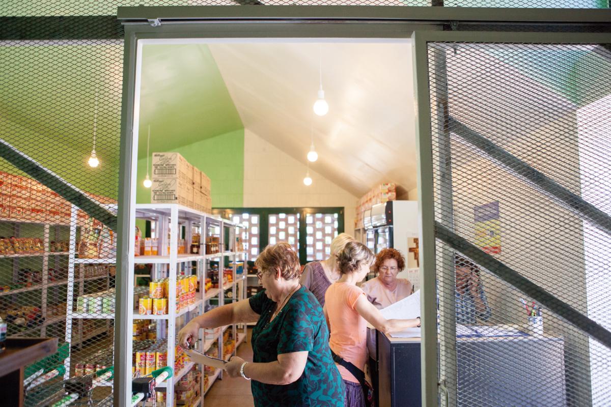 Un grup de voluntàries de Càritas, treballant dins del nou espai del Servei de Distribució d'Aliments a Campclar. Fotografia: Agustí Arévalo.