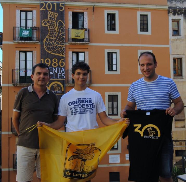 Joan Rovira, al mig, amb el domàs de l'Àliga. A la dreta, Albert Puñet, aliguer que lliura la samarrera al subscriptor del Fet a Tarragona (foto: ALBERT OLLÉS)