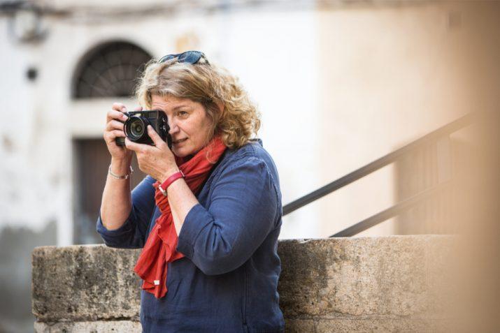 La fotògrafa Gabriella Nonino, als carrers de la Part Alta de Tarragona (foto: DAVID OLIETE)