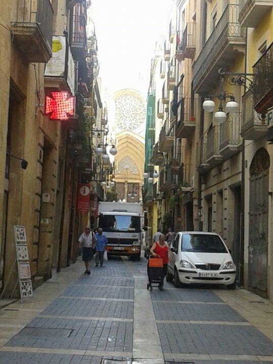 El carrer Major, a les 11 del matí d'un dia d'agost (foto: Ricard Lahoz)