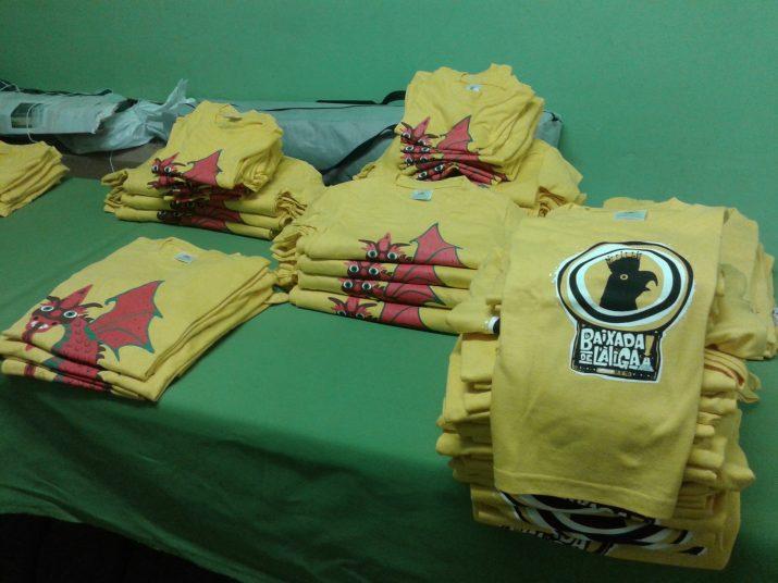 Piles de samarretes al local del Ball de Diables de Tarragona