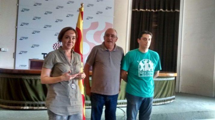 Josep Bargalló, al centre, en l'acte de presentació del Banderer 2015 amb la regidora Begoña Floria i el president del Ball de Diables de Tarragona , Jordi Albe