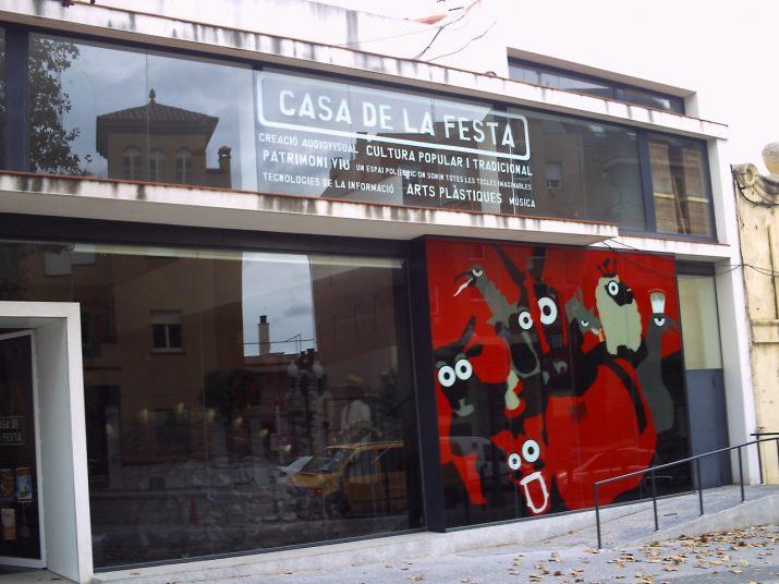 Façana de la Casa de la Festa, a la Via Augusta