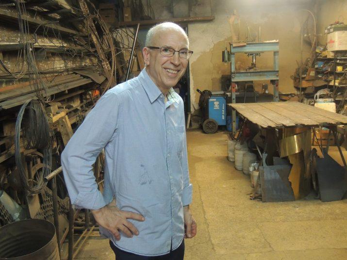 Antoni Mas al seu taller, ubicat a Vila-seca.