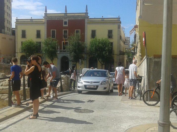 Cotxes al carrer Sant Oleguer que molesten contínuament els turistes que hi passen amb la mirada posada a la Capçalera del Circ