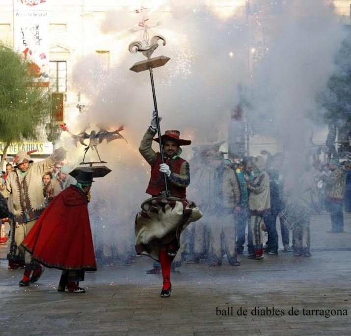 El Ball de Diables de Tarragona sortint de la plaça de la Font en una anada a Ofici, el matí de Santa Tecla (foto. BALL DE DIABLES DE TARRAGONA)