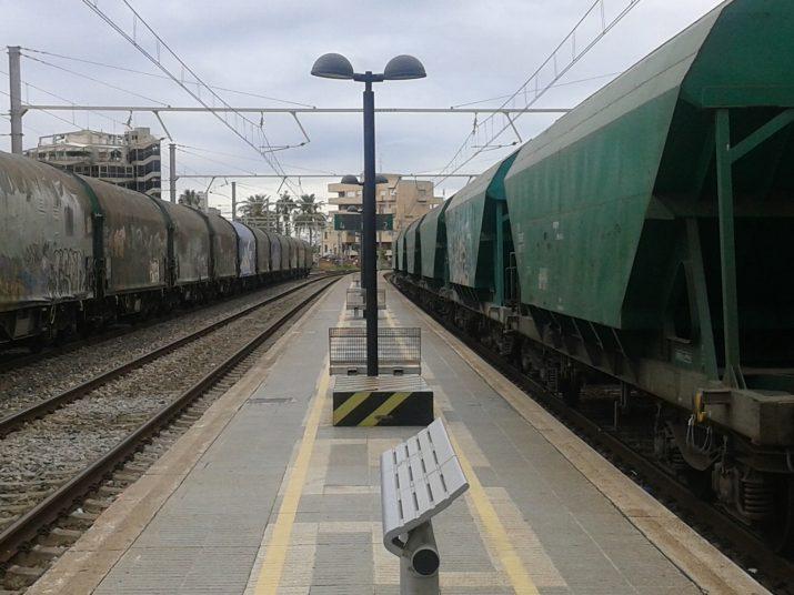 Dos trens de mercaderies aturats a l'estació de Tarragona, només separats per l'estreta andana que comunica amb les vies 2 i 4 (foto: Ricard Lahoz)