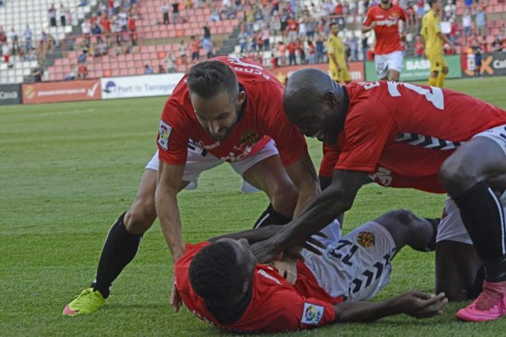 Pinya grana per celebrar el gol en una gespa del Nou Estadi que va funcionar a la perfecció. Foto:Nàstic