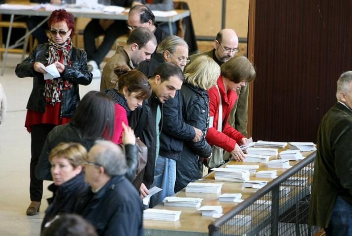 Electors consulten les llistes al seu ecol·legi electoral, el passat 27 de setembre (foto: elpuntavui.cat)