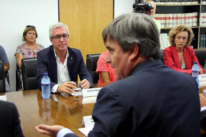 El director del Consejo Superior de Deportes, Miguel Cardenal, en la seva reunió recent a Tarragona amb l'alcalde Josep Fèlix Ballesteros i altres alcaldes de municipis subseus dels Jocs del 2017 (foto: ara.cat)
