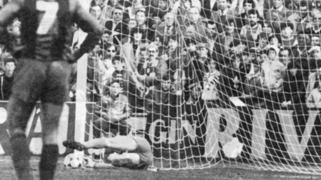 Urruti atura el penal a Mágico González Foto:FCBarcelona