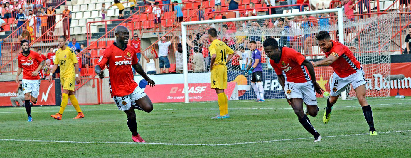 Jean Luc celebra el gol de la victòria davant el Girona sota la mirada i el somriure d'Emana Foto:Nàstic