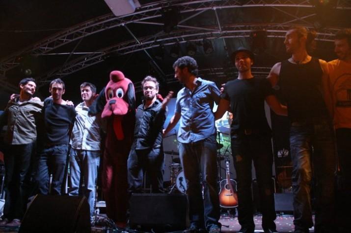 Els Amics de les Arts en el concert que van protagonitzar a la plaça del Rei durant les festes de Santa Tecla de l'any 2010 (foto: cedida)