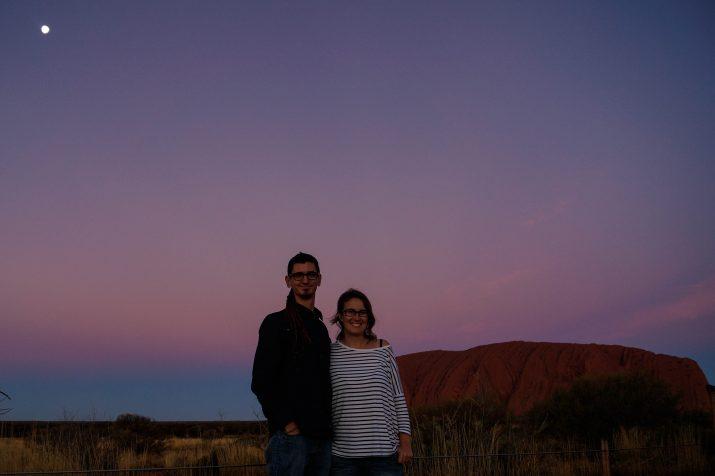 El Guillem i l'Alexandra davant l'Uluru (foto: GUILLEM ROQUÉ)