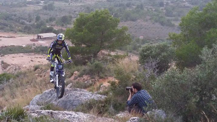 David Oliete segueix el rastre d'Albert Cabestany i la seva moto en una muntanya a l'entorn de Tarragona (foto: Quim Pons)