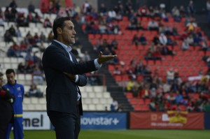 Vicente Moreno amb aquella flegma britànica dirigint la banqueta grana el partit de lliga. Foto: Nàstic