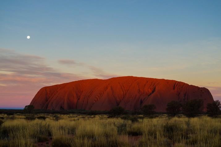 L'ombra escalant per les vessants de l'Uluru (foto: GUILLEM ROQUÉ)