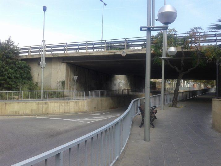 El pont de l'autovia A-7 travessa el carrer Rovira i Virgili, separant el centre de la ciutat de Tarragona II i la zona del cementiri