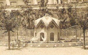 Caseta dels ànecs al jardí de l'antic col·legi del Sagrat Cor (foto cedida per les autores)