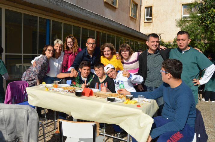 Professores de l'escola, alumnes i la directora de l'escola Solc, Raquel Martínez, (la segona per l'esquerra), a l'esmorzar de tardor (foto: ALBERT OLLÉS)