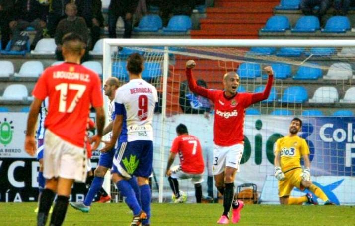 Tejera alça els braços després del gol de l'empat d'Àlex López. El 2 a 2 final va deixar regust agradolç tot i la remuntada. Foto: LFP