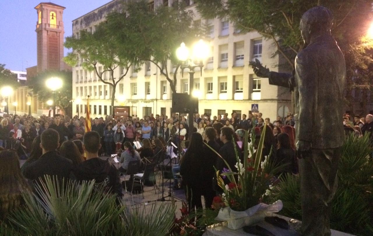 L'ofrena va culminar amb el cant dels Segadors, amb el públic contemplant l'estàtua de Companys. (Foto: Gerard Recasens).
