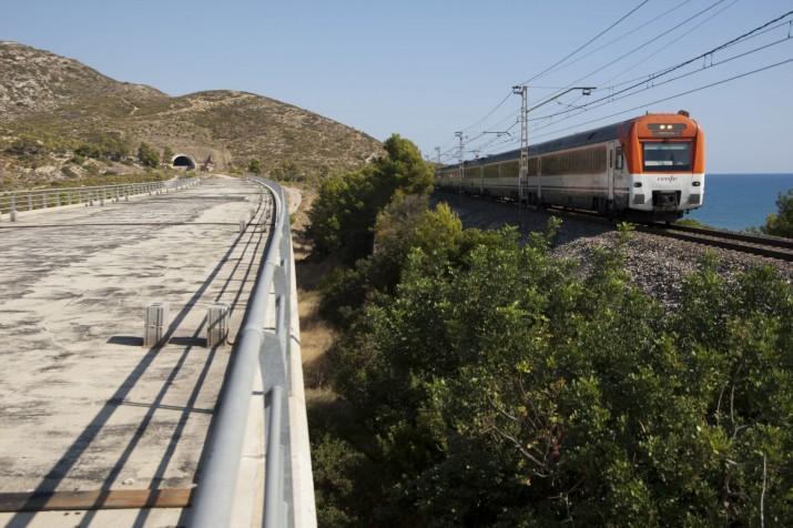 Al sud de Tarragona, la connexió ferroviària encara es fa per una via única, com al segle XIX (foto: ara.cat)
