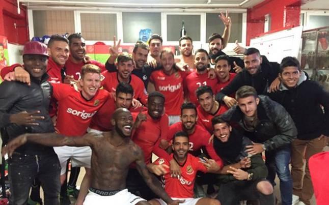 Nova celebració al vestidor grana després de superar per 2 a 0 el Llagostera.
