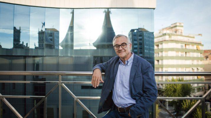 L'economista Miquel Puig, a la terrassa de la Casa de la Punxa de Tarragona, on va néixer l'any 1954 (foto: DAVID OLIETE)