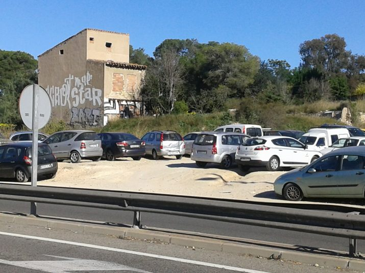 Vehicles aparcats en els descampats que hi ha a tocar de la N-240, al costat de l'avinguda Catalunya