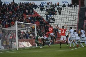 Iago Bouzon va rematar de cap el primer gol davant la celbració de Rocha. Foto:Nàstic