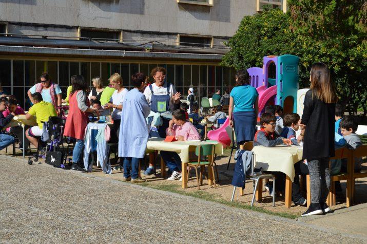 Alumnes i mestres en un esmorzar especial al pati de l'escola Solc, que treballa amb nens i nenes de capacitats diverses (foto: Albert Ollés)