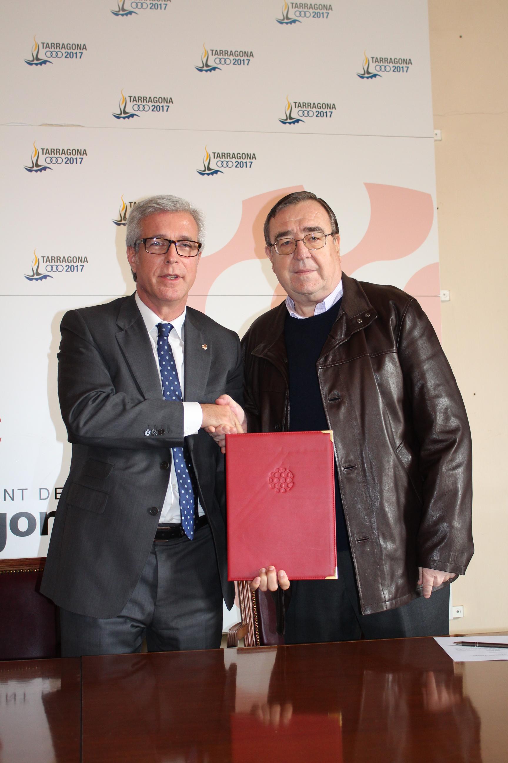 L'alcalde de Tarragona, Josep Fèlix Ballesteros (esquerra) i el president de la Fundació Mútua Catalana, Joan Josep Marca, durant l'acte de signatura del conveni per recuperar un nou tram de la graderia del Circ, celebrat el passat 17 de desembre. Fotografia: Ajuntament de Tarragona.
