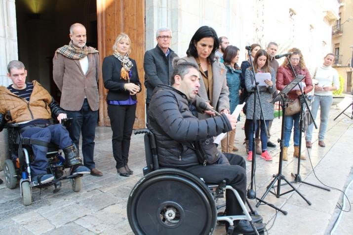 Lectura del manifest 2015 a càrrec de Ferran Roca davant l'ajuntament de Tarragona (foto: mauri Fernández)