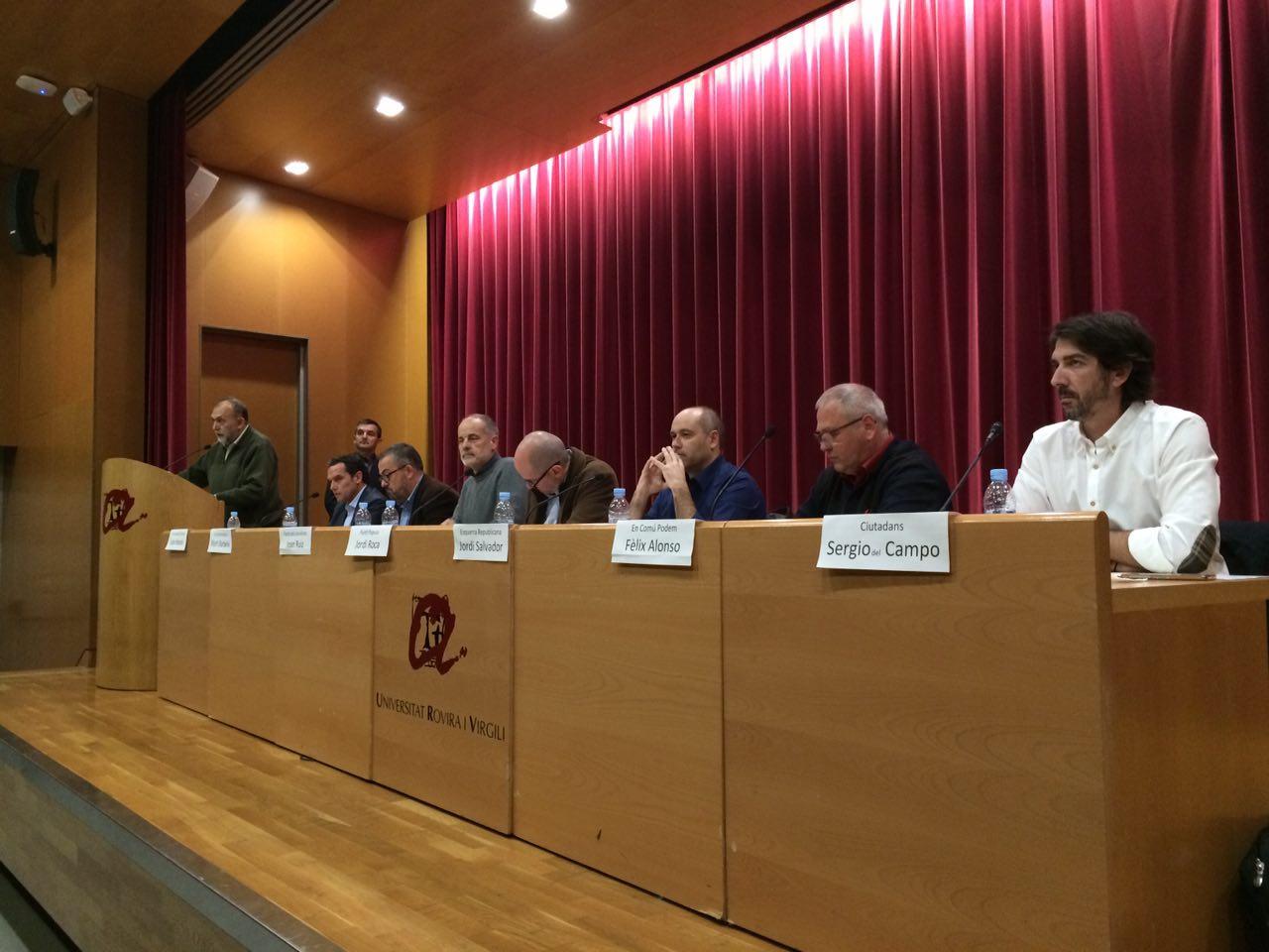 Els set candidats, preparats per l'inici del debat. (Foto: Gerard Recasens)
