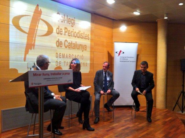 La'lcalde Ballesteros respon les preguntes de Sara Sans, Xavier Abelló i Ricard Lahoz (foto: Col·legi de Periodistes de Catalunya - demarcació de Tarragona)