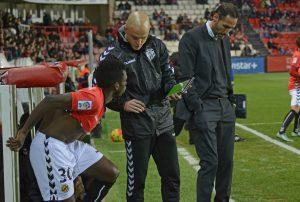 Mirada a terra de Vicente Moreno després de la lesió de Marcos i abans de donar entrada al jugador del filial Stéphane Emana Foto:Nàstic