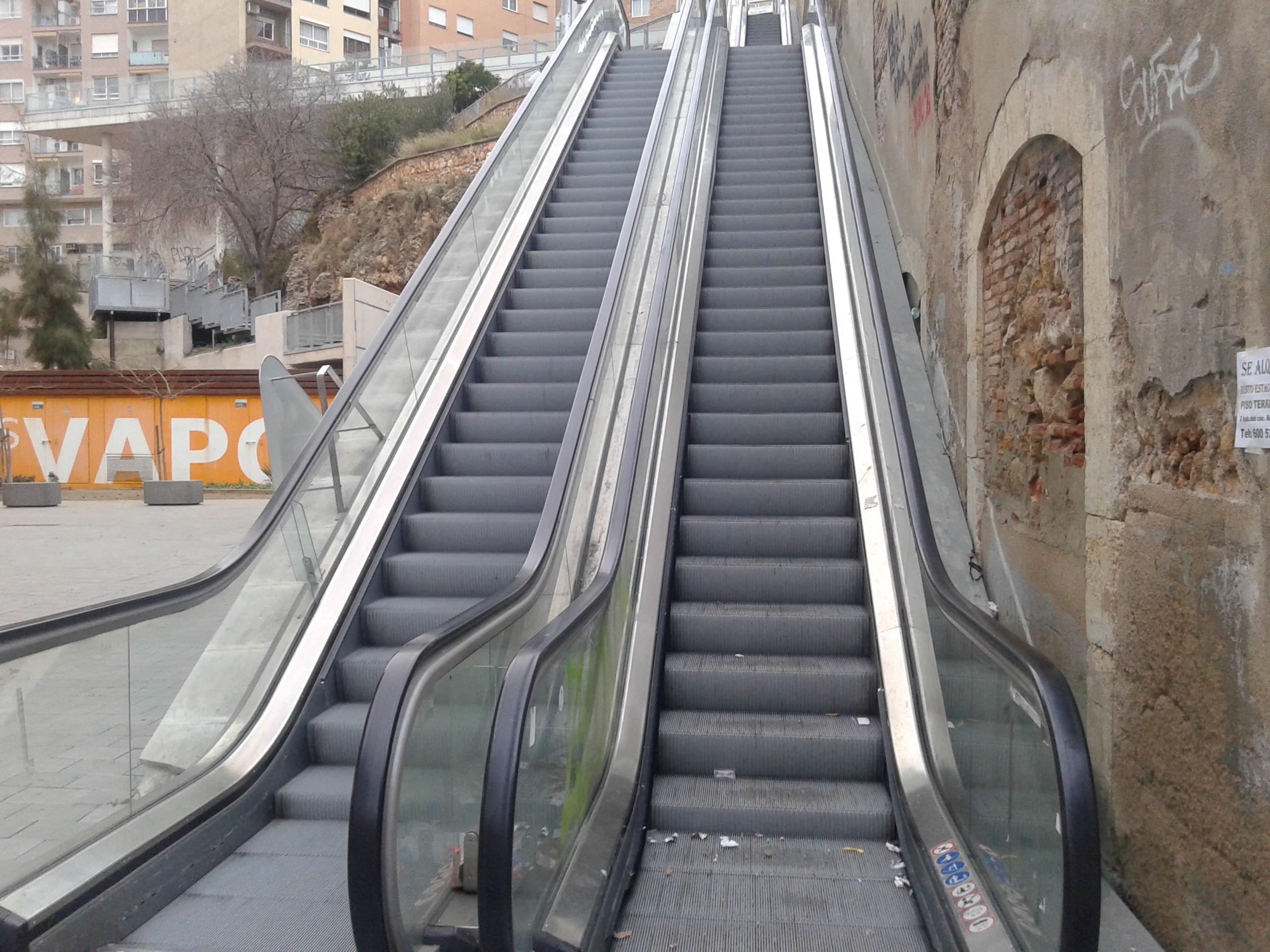Un tram de pujada de les escales mecàniques del carrer Vapor no funcionen des de fa més d'una setmana (foto: Fet a Tarragona)