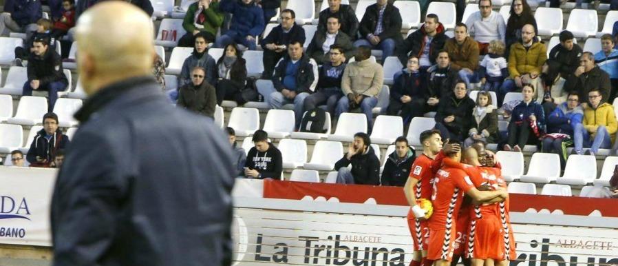 Luis César es mira de perfil la celebració de l'empat grana. Foto:La Liga