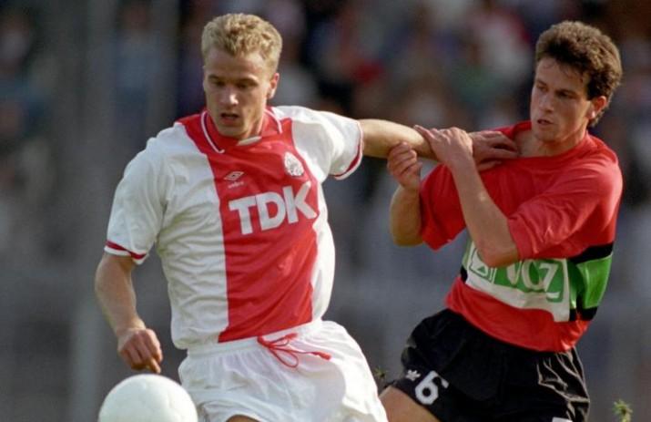 Dennis Bergkamp en un partit davant del NEC a l'Eredivisie.