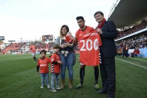 Xisco Campos ha celebrat els seus 200 partits amb la família a la gespa i el president, Josep Maria Andreu. Foto:Nàstic