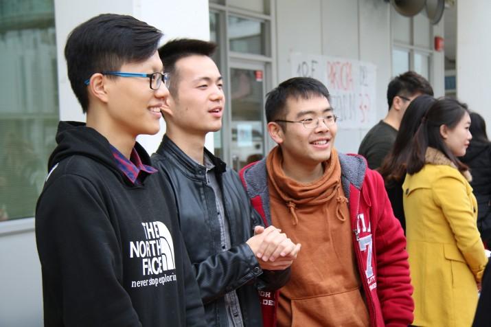 Tres estudiants de la Xina que aquest curs estudien a la URV. D'esquerra a dreta: Weixin Liang, Chaotian He i Cai Jixin (foto: Gerard Bosch)