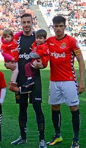 Alberto Varo amb els seus dos nebots a la fotografia prèvia al partit. Foto:Nàstic