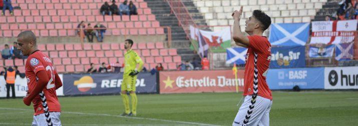 Naranjo celebra el gol amb les banderes de gal·les, anglesa i una escocesa de fons de l'afició del Tenerife. Foto:Nàstic
